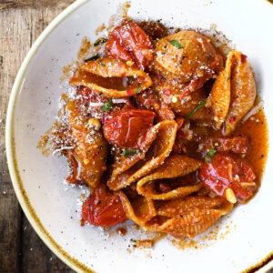 Pasta met gerookt spek in tomatensaus
