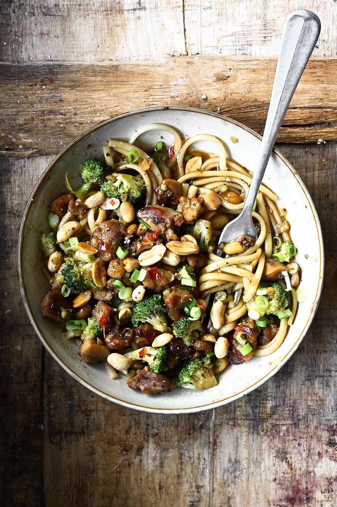 serving dumplings | Wok met kip broccoli en pinda's