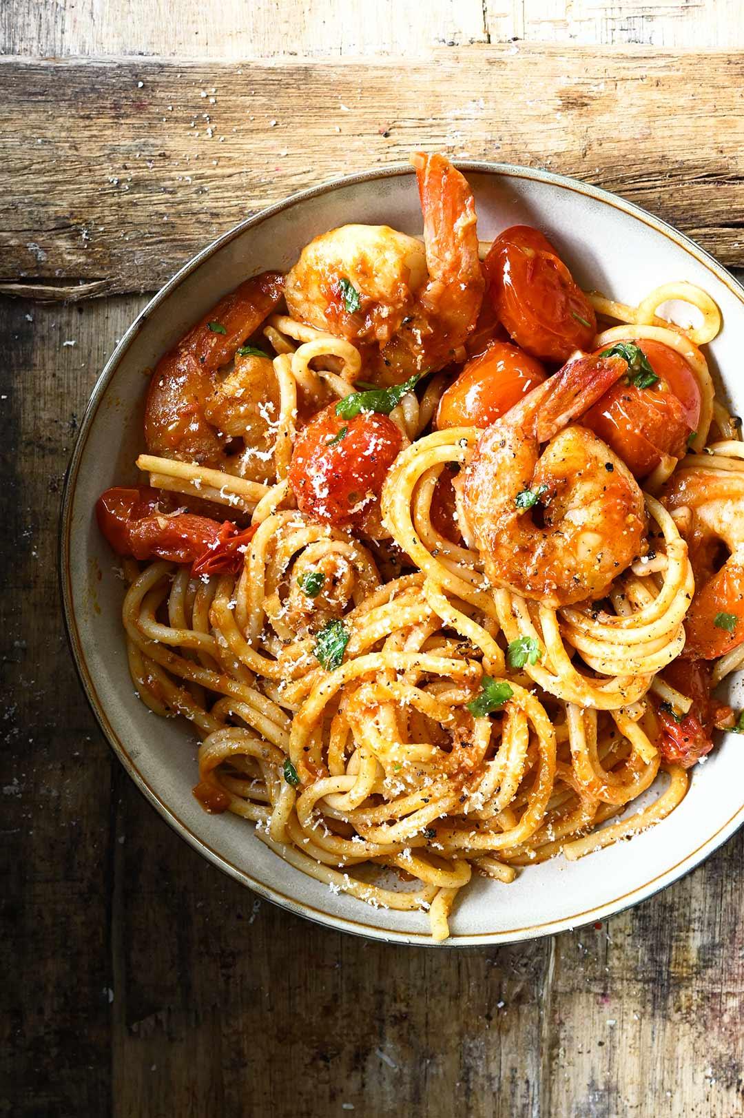Spaghetti z pikantnym sosem pomidorowym i krewetkami