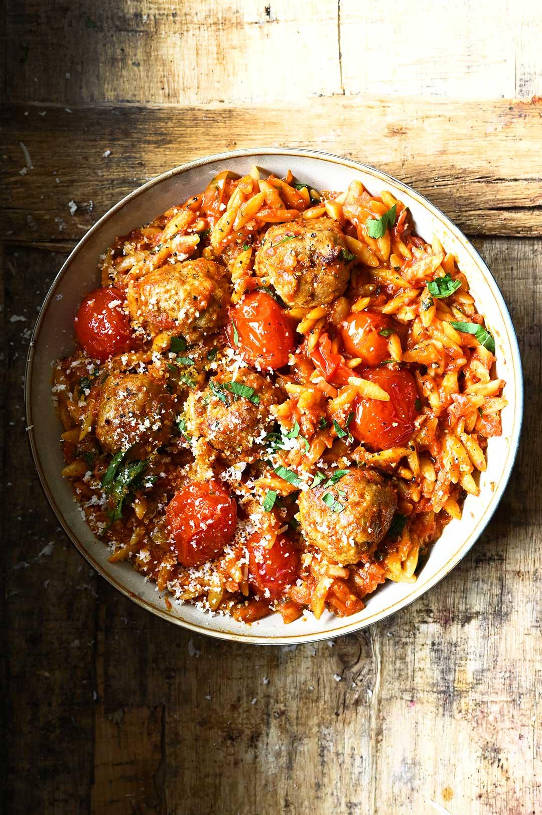 serving dumplings | Pulpety w sosie pomidorowym w orzo