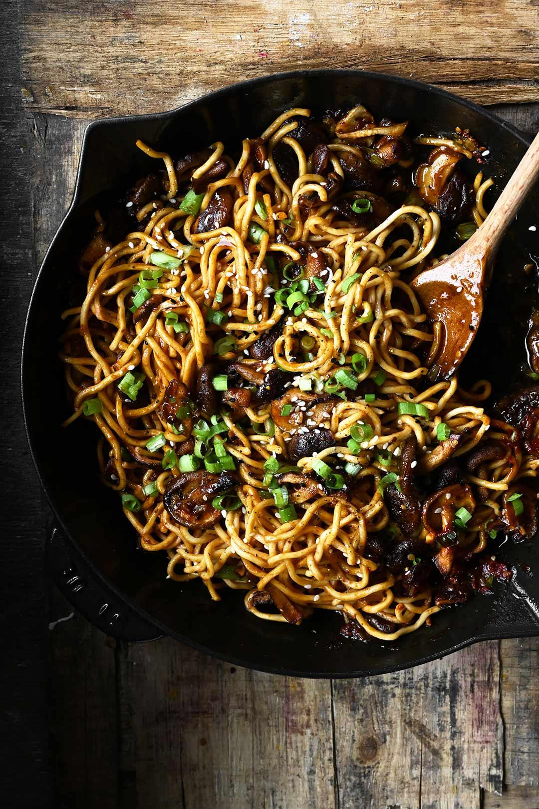 Spicy noedels met shiitakes en knoflook